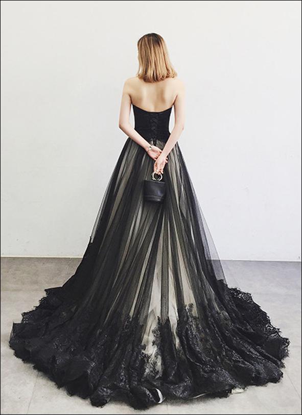 Gothic Brautkleid mit extravaganter Schleppe