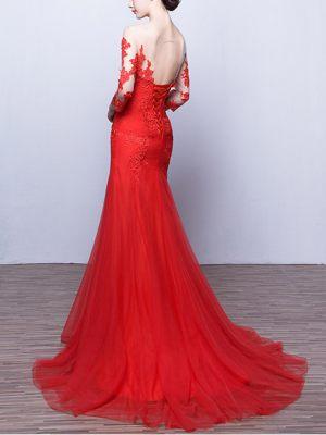 Rotes Abendkleid mit langen Spitzenärmeln