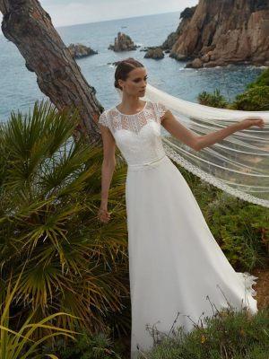 Dezentes Brautkleid mit geschloßenem Spitzenoberteil