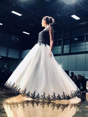 Zweifarbiges Brautkleid mit hellem Tüllrock und schwarzer Borte