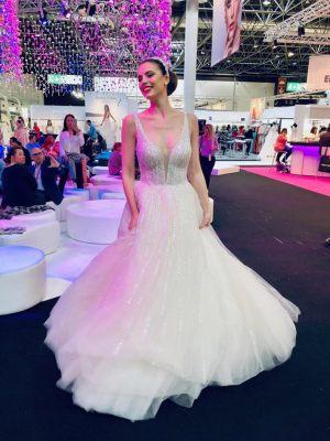 Glitzernes Brautkleid mit tiefem Ausschnitt
