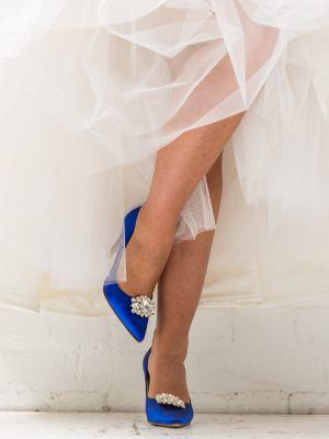Blaue Brautschuhe mit silberner Brosche