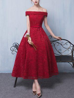Rotes Cocktailkleid aus Spitze mit Carmenausschnitt