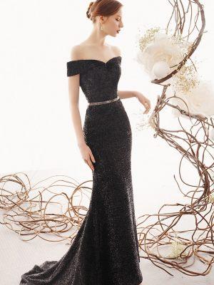 Elegantes schwarzes Abendkleid mit Gürtel