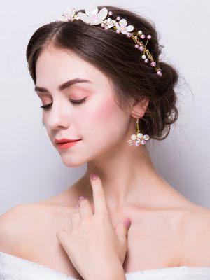 Haardraht und Ohrringe für die Braut