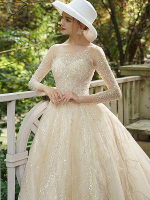 Glitzerndes Brautkleid mit langen Ärmeln