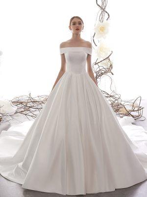 Klassisch geschnittenes Brautkleid aus Satin