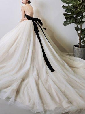 Brautkleid mit schwarzer Schleife