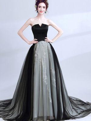 Schwarzes Brautkleid mit hellem Unterrock