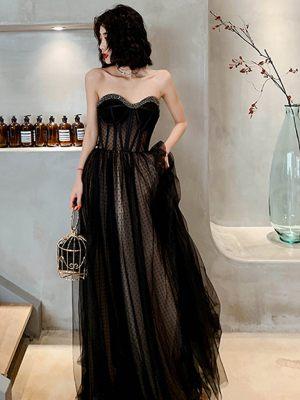 Schwarzes Brautkleid mit Pünktchen