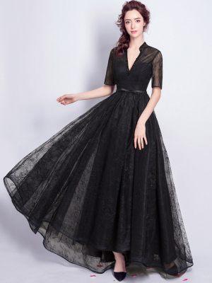 Schwarzes Kleid mit Ärmeln