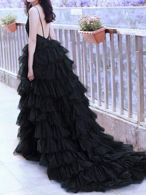 Verspielter Rock am schwarzen Kleid