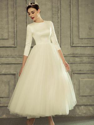 Schlichtes Brautkleid aus Satin und Tüll