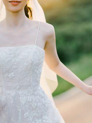 Sommerliche Spagettiträger am Brautkleid