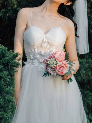 Zartes Brautkleid mit Blumenstickereien