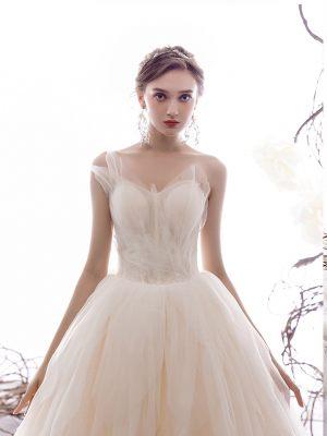 Raffinierter Herzausschnitt am Brautkleid