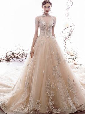 Hochgeschloßenes Brautkleid mit Bestickungen