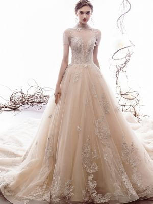Hochgeschloßenes Brautkleid mit Stickereien