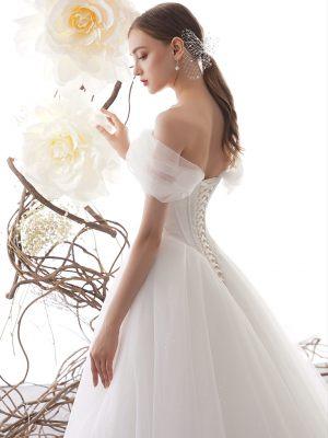 Tüllträger am Prinzessinnen Brautkleid mit Korsagenschnürung