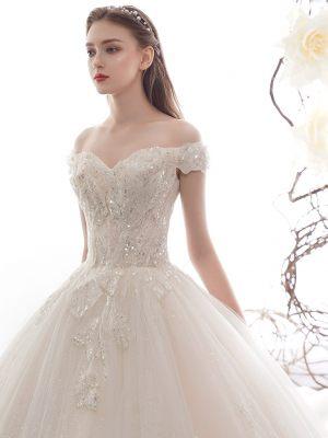 Elegantes Brautkleid mit Carmenausschnitt