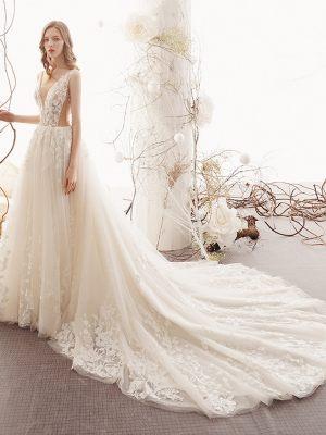 Modernes Prinzessinnen Brautkleid mit V-Ausschnitt und Schleppe