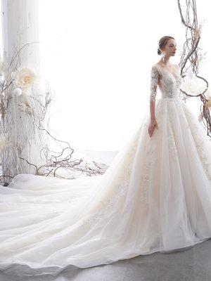 Klassisches Brautkleid mit Spitze und langen Ärmeln