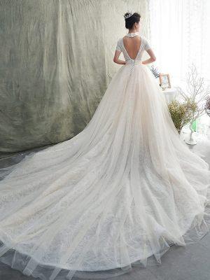 Tüll- und Spitzenschleppe am Hochzeitskleid