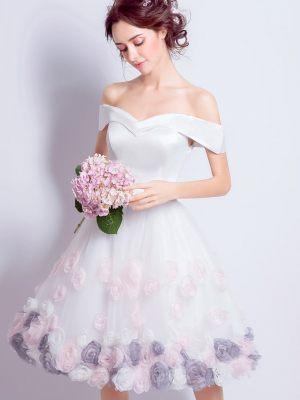 Kurzes-Brautkleid-mit-Blumen
