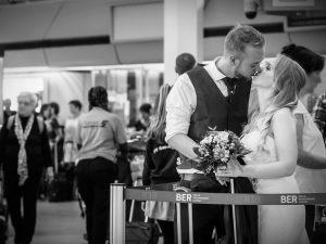 """""""Ich habe euch zwei Fotos für eure Galerie mit im Anhang gesendet. Auf einem davon könnt Ihr sehen wie mein Mann und ich nach unserer Trauung von Berlin Tegel in die Flitterwochen fliegen samt Brautkleid und Anzug. E war eine super tolle Erfahrung!"""""""