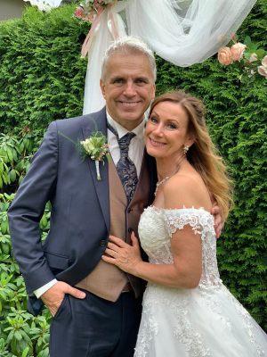 """""""Ich war eine glückliche Braut mit diesem  wirklich schönen Kleid. Alle fanden es auch traumhaft schön. Habe so viele Komplimente bekommen. Wir hatten trotz Corona eine wunderschöne Hochzeit."""""""